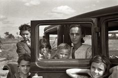 Family of a migratory fruit worker from Tennessee, camped in a field near a citrus packer at Winter Haven, Florida, 1937, by Arthur Rothstein (New York, 17 luglio 1915 – New Rochelle, 11 novembre 1985)