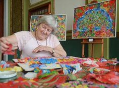 Tetê Brandolim, de Ribeirão Preto (SP), aprendeu a ler e escrever aos 82 anos e desenvolveu habilidades artísticas (Foto: Felipe Turioni/G1) Sewing Appliques, Felt Art, Loom Knitting, Fabric Art, Needlework, Diy And Crafts, Folk, Textiles, Quilts