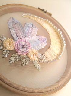 Brazilian Embroidery Stitches, Crewel Embroidery Kits, Embroidery Transfers, Learn Embroidery, Silk Ribbon Embroidery, Hand Embroidery Patterns, Vintage Embroidery, Floral Embroidery, Embroidery Designs
