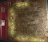 LOS INCAS. Lámina gruesa de oro para revestimiento de muro. Museo del oro. Lima-Perú.