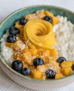 Veganer Kokosmilchreis mit Mango und Blaubeeren (ohne Zucker)