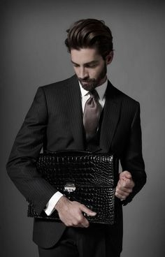 クリエイティブ・ ディレクター、ブレンダン・マレーン(Brendan Mullane)が手掛けるイタリアの老舗紳士服「ブリオーニ (Brioni) 」 が2012-13年秋冬の素晴らしいルック ブックを発表した。モデルにはマキシミリアーノ・パタネー(Maximiliano Patane) が抜擢された。フォトグラファーには、お決まりのジョヴァンニ・スカトライティ(Giovanni Squatriti)。 www.brioni.com www.giovannisquatriti.com
