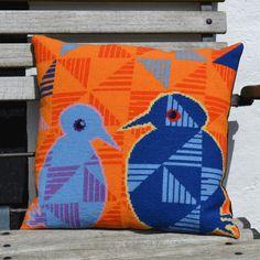 Bente har broderet og Nete har monteret stramajpuden Fugle fra Fru Zippe www. Needlepoint Pillows, Cross Stitch Patterns, Needlework, Flora, Tapestry, Plaid, Fancy, Throw Pillows, Quilts
