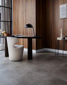 Ben jij ook zo'n fan van de betonlook? Deze PVC vloer van vtwonen is bijna niet van een echte betontegel te onderscheiden, maar is natuurlijk wel een stuk comfortabeler. Deze PVC vloer staat erg mooi in elke woonkamer of keuken. Of je nu gaat voor een landelijke woonstijl, industrieel, modern, design of classic, deze betonvloer past bij vele woonstijlen! Dining Chairs, Table, Furniture, Home Decor, Modern Design, Corning Glass, Decoration Home, Room Decor, Contemporary Design