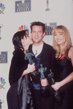 My favorites of Friends Courteney Cox, Matthew Perry & Lisa Kundrow By: sam Chandler Bing, Monica E Chandler, Serie Friends, Friends Cast, Friends Show, Phoebe Buffay, Friends Scenes, Friends Moments, Friends Forever
