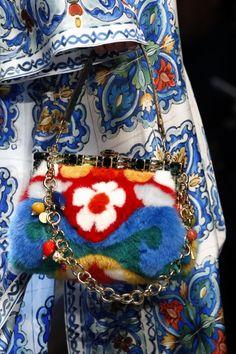 Borsa a mano in pelliccia con stampa astratta e a fiori - Borsa a mano in pelliccia con stampa astratta e a fiori della collezione borse Dolce e Gabbana primavera/estate 2016.
