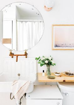 Bathroom with an vintage floating sink and a round mirror