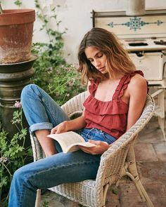 Book lover, Summer Outfits, Sézane - On the Wildside. Mode Outfits, Casual Outfits, Fashion Outfits, Fashion Trends, Spring Summer Fashion, Spring Outfits, Moda Boho, Bohemian Tops, Parisian Style