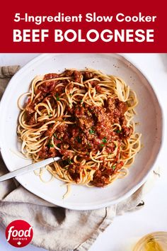 Looking for easy dinner recipies? This slow cooker beef bolognese is made with only five ingredients. Easy Dinner Recipies, Pasta Recipies, Dinner Ideas, Slow Cooker Beef, Slow Cooker Recipes, Bolognese, Food Network Recipes, Entrees, Effort