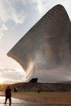 Hoy es un lindo día en la ciudad de México, les deseamos un excelente viernes con esta foto del majestuoso museo Soumaya.
