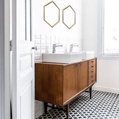 We love the way #encaustic tiles have been used in this #bathroom. Come in and see our full #handpainted range. #tilelove #concretetile #interiordesign #welovetiles #tileaddiction by archstonetiles