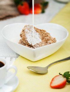 61 - Como explica la nutricionista, en el desayuno es recomendable incluir cereales integrales, como pan de centeno, trigo y copos de avena. Los copos puedes utilizarlos para preparar un muesli casero con frutos secos, tomar tostadas con aceite de oliva o cereales en forma de galletas, bizcocho, tortas integralles… Si tomas mermelada, que no tenga azúcares añadidos ni edulcorantes artificiales. Mejor té (el rojo es muy recomendable) e infusiones que café (puedes sustituirlo por cereales…