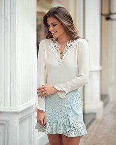 Camisa branca de renda e pérolas com saia de babado de lese @donnaritzoficial ♥️