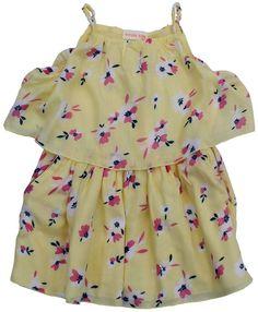 Mooie, zomerse jurk in een zachtgele kleur met bloemenprint. Het topje boven de rok is losjes en wijd maar zit wel vast. Eronder zit een katoenen topje dat vastzit aan de rok. Dit topje is in hetzelfde katoen als de losse voering van de rok. Op enkele bloemetjes zitten fijne, zilveren pailletjes in parelvorm. De steekzakjes hebben een gouden biesje. Samenstelling: 100% viscose.
