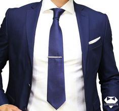 Nyakkendőtű ellátott Nyakkendő Sötétkék Fehér, 2 darabos készlet  Ez a csomag üzleti, vagy irodai öltözethez ajánlott. A kellékek egy külön egyéniséget biztosítanak a Méretek eleganciájával: nyakkendő: maximális szélessége a hegyénél 8 cm, a nyakkendő dísztű hosszúsága 6 cm.A nyakkendő anyaga: polyester; a nyakkendő dísztű rozsdamentes acél; Típus: klasszikus; Modell: Mértani; Tisztítás: Nem kell mosni. Tűri a vegyszeres tisztítást. Tie Set, Fashion Suits, Mens Fashion, Pocket Square, Gentleman, Menswear, Club, My Style, Tie Clip