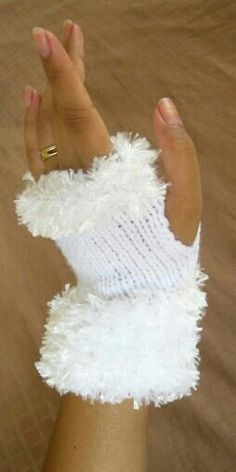 White Fingerless Gloves - this is soooo Sarah! Crochet Mittens, Crochet Gloves, Crochet Gifts, Knit Crochet, Loom Patterns, Knitting Patterns, Fingerless Gloves Knitted, Creation Couture, Wrist Warmers