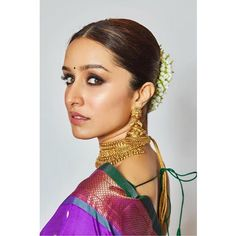 Diwali is the festival of traditional wear and lots of getting ready . Shraddha Kapoor choose to wear her mom's saree for Diwali this year . Beautiful Saree, Beautiful Indian Actress, Beautiful Actresses, Actress Anushka, Bollywood Actress, Indian Celebrities, Bollywood Celebrities, Shraddha Kapoor Saree, Priyanka Chopra