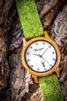 Ein besonderes Highlight mit einem eleganten Perlmutt-Ziffernblatt ist die Alpin Damenuhr aus heimischem Eiben-Holz. Sie wirkt durch ihre weiche, harmonische Farbgebung zeitlos schön und anmutig. Die handgefertigten Wechselarmbänder  aus grauem, braunem, grünem oder pinkem Ennstaler Loden sind etwas ganz Besonderes.  Diese lassen sich besonders leicht tauschen und somit hat die Frau von Welt immer die passende Uhr zu jedem Outfit (egal ob Tracht oder Modern). Wood Watch, Outfit, Modern, Leather, Don't Care, Handmade, World, Get Tan, Gifts