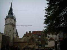 Auxerre : Rami di un albero, le case della città vecchia e la torre dell'orologio