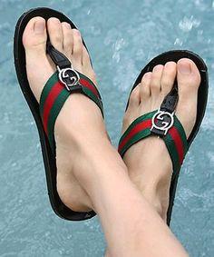 a2c31d502e39f8 Encontrar Más Planos Información acerca de Nuevo 2015 verano moda de la  calle marca de lujo. Gucci SlipperPretty SandalsMen SandalsMens Flip ...