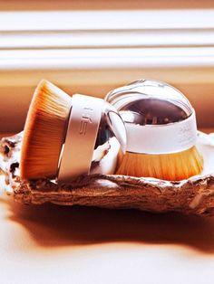 Eine Pinselbürste, mit der man jedes mögliche Make-up auftragen kann? Das ist…