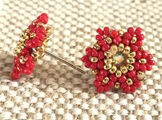 Artesanal handmade super chic earrings, I used micro seed beads and Nickel free posts. Colors of beads: Red and Gold Center of the earrings: Crystal Swarovski Tatting Jewelry, Bead Embroidery Jewelry, Beaded Jewelry Patterns, Seed Bead Jewelry, Bead Jewellery, Seed Bead Earrings, Simple Earrings, Beaded Earrings, Beaded Bracelets