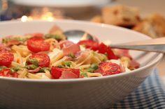 Pasta med skinke, tomat, mozzarella og pesto