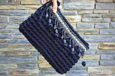 A clutch of black cloth is always a success Crochet Clutch, Crochet Handbags, Crochet Purses, Filet Crochet, Crochet Cactus, Crochet Yarn, Crochet Bag Tutorials, Big Yarn, Crochet World
