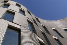 Fachada revestida con paneles de metal expandido RAU. Solución estética y duradera.