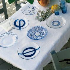 Des assiettes peintes de lettres grecques / Transparent plates painted by blue Greek letters