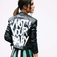 """""""Not Your Baby"""" moment✌️(thanks for the shot @leofaria ) The gorgeous jacket is @patriciavieraoficial ❤️ -------- Ontem depois do desfile de @patriciavieraoficial - com jaqueta deusa da marca!!! Obrigada pela foto @leofaria ❤️ #spfw @fhits #qgfhits"""