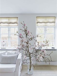 On The Net Landscape Design And Style - The New On-line Tool That Designers Are Flocking To For Landscape Designs How Stunning Is This Huge Magnolia Branch Inside The House? Diy Home Decor Easy, Funky Home Decor, Diy Home Decor Projects, Home Decor Furniture, Home Decor Styles, Vintage Home Decor, Decor Ideas, Deco Floral, Shabby Chic Homes