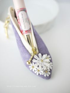 パンプス形印鑑ケース/リップケースにも。(pigsuede purple) Macrame Bracelet Diy, Sewing For Kids, Fabric Scraps, Diy Clothes, Diy Tutorial, Quilt Patterns, Purses And Bags, Diy And Crafts, Pouch