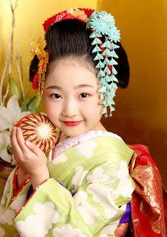 Cherry Blossom Theme, Japanese Hairstyles, Kids Around The World, Kawaii, Hair Styles, People, Kids Animals, Geishas, Hair