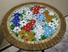 Tampo de mesa em MDF revestido em pastilha de cristal na lateral e azulejo no centro com 60 cm de diametrô.  Cliente poderá escolher tamanho.  Confeccionamos sob encomenda com desenho, cores e tamanho personalisados. Solicite orçamento.