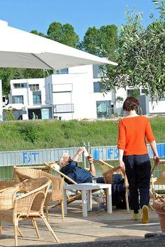 So entspannend ist die Atmosphäre des 9. Festivals des deutschen Films. Sogar Mario Adorf zieht es zum Lesen an den Rhein. Foto: Ben Pakalski.