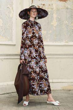 В публикации представлена новая коллекция готовой одежды бренда Mulberry Осень/Зима 2018, показанная 1 марта 2018 года в Париже. Mulberry (шелковица), английская компания, специализируется на…