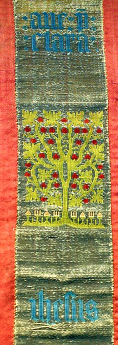 DI 76 (Lüneburger Klöster) Kloster Wienhausen 2. H. 15. Jh. Signatur: DI 76, Nr. 73 Sogenannte Kölner Borte auf Antependium.1) Ausgestellt im Textilmuseum. Die gewirkte Borte ist in der Mitte eines älteren Textils aus dem 14. Jahrhundert eingefügt, das zweimal sechs rechteckige Felder mit gestickten Darstellungen von Greifenpaaren mit Wappen zeigt. Auf der Borte stilisierte Bäume mit Blüten und Früchten sowie eine sechsblättrige Rosette in der Mitte, dazwischen die Teile der mit blauem Fad