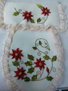 Más Christmas Cross, Christmas Wreaths, Christmas Decorations, Ribbon Embroidery, Embroidery Patterns, Diy Cushion, Shabby Chic Pink, Cross Stitch Borders, Bathroom Sets