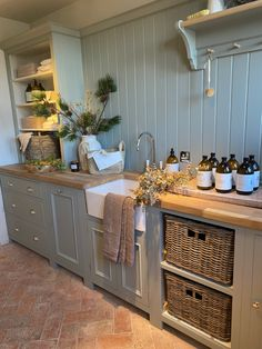 Cottage Dining Rooms, Small Cottage Kitchen, Kitchen Dining Living, Cottage Kitchens, Home Decor Kitchen, Country Kitchen, Kitchen Interior, Home Kitchens, Utility Room Inspiration