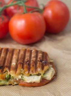 Opskrift på hjemmelavet Panini med kylling, pesto og mozzarella