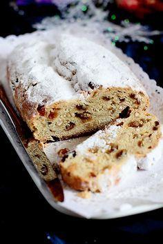 Штоллен (традиционная немецкая выпечка к Рождеству) представляет из себя очень сдобный кекс с большим содержанием масла и сухофруктов, а в качестве разрыхл