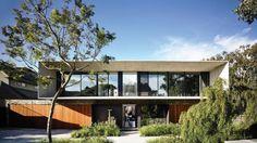 Inspirado no modernismo brasileiro, projeto de residência em Melbourne, na Austrália, tem volumetria longitudinal, de blocos sobrepostos, que expõe, em balanço, a bela aparência do concreto | aU - Arquitetura e Urbanismo