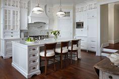 Grande et luxueuse cuisine en blanc complètement aménagée