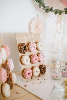 DIY: Boho Balloon Tire Decoration for hanging - Donut wall - 18 Birthday, Donut Birthday Parties, Donut Party, Birthday Balloons, Birthday Candles, Donut Decorations, Balloon Decorations, Candybar Wedding, Wedding Blog