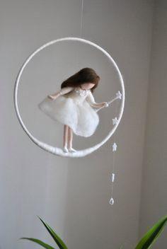 Mu??eca de lana /Nursery m??vil colgante de pared Waldorf inspirado: hada blanca con estrellas y gota de cristal