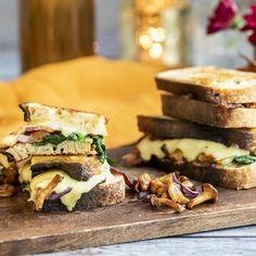 Smörstekt svamp, smakrik ost och knaprigt bacon fyller denna gyllenstekta toast. Servera den direkt så ytan är frasig och osten smält. Ost, Scones, Bacon, Sandwiches, Brunch, Frases, Paninis, Pork Belly, Buns