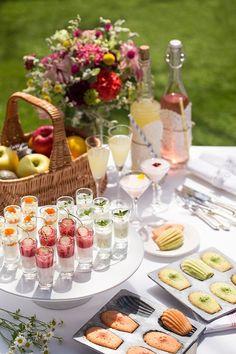 緑豊かな自然を眺めながら、旅先で体験する楽しいピクニックの様子を表した3品のスイーツコース「ムニュ・デセール」。 オープンエアのテラスは、さわやかな風が通り抜け、まさにピクニック気分。 Mini Desserts, Sweet Desserts, Grazing Platter Ideas, High Tea, Food Plating, Dessert Table, Afternoon Tea, Appetizer Recipes, Tea Time