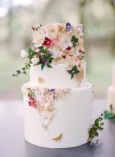 Gold Wedding Cakes A-Z of Wedding Cakes - Sugar flowers Pretty Wedding Cakes, Floral Wedding Cakes, Wedding Cake Designs, Cake Wedding, Wedding Flowers, Butterfly Wedding Cake, Purple Wedding, Wedding Scene, Garden Wedding Cakes