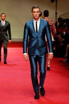 Image issue du site Web http://jetsetfashionmagazine.com/wordpress/wp-content/uploads/2014/06/Dolce-Gabbana-Blue-Silk-Suit-2015-333x500.jpg